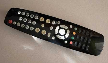 Control infrarrojo remoto e la TV, utilizado para encender y apagar el led