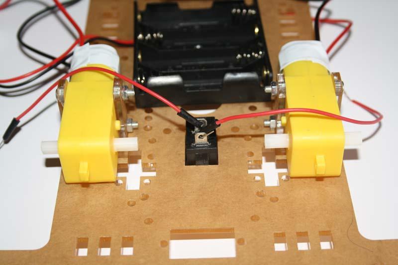 En el paso 3 colocamos el interruptor que nos va a permitir dar energia al controlador de motores.