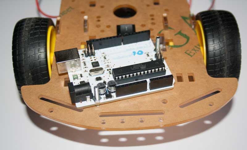 Colocamos la placa Arduino en el chasis.