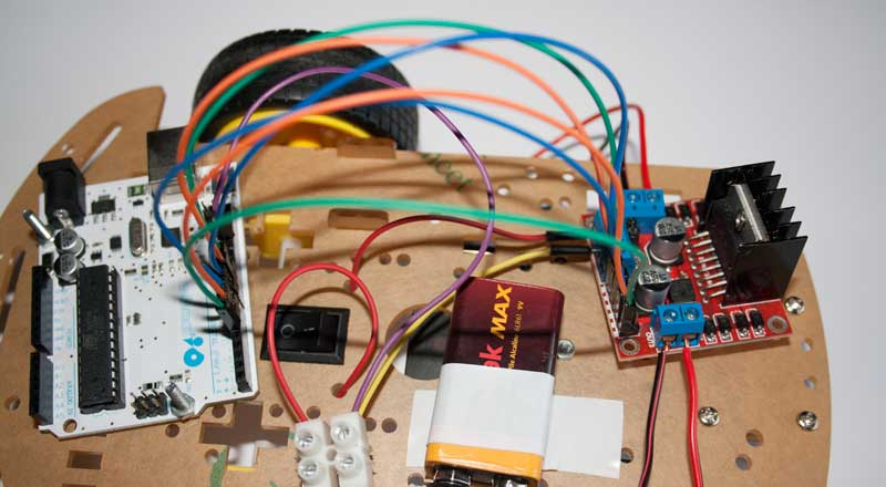 Colocamos los cables que conectan la placa Arduino y el controlador L298N.