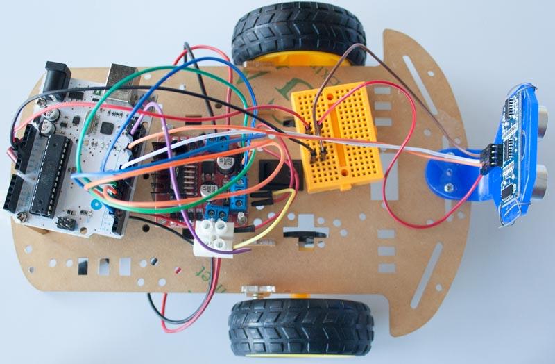 Añadimos el sensor para medir las distancias y su cableado.