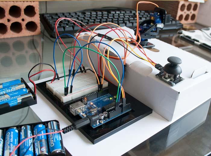 Plataforma móvil sujeta a una caja y conectada a la placa de Arduino