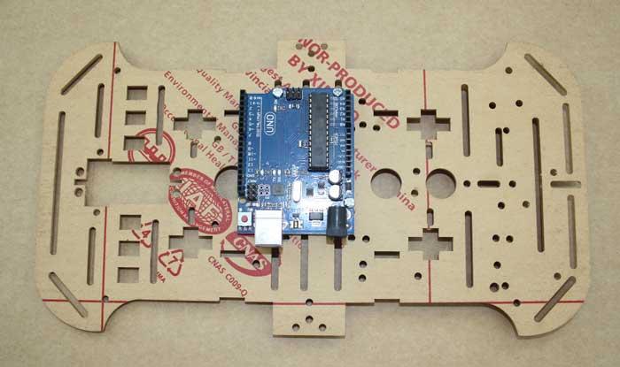 Placa de Arduino atornillada en la parte superior del chasis