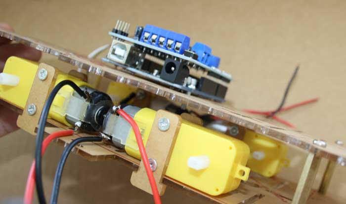 Colocar el controlador L293D sobre la placa Arduino