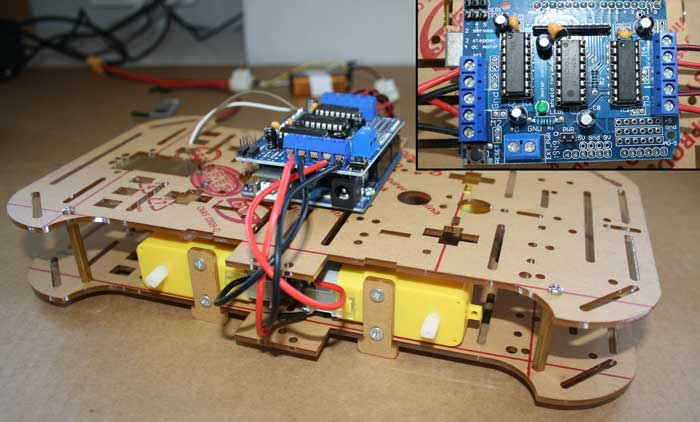Se conectan los cables de los motores al controlador