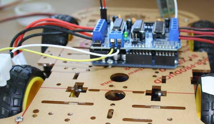 Conexión de los cables de la batería al controlador