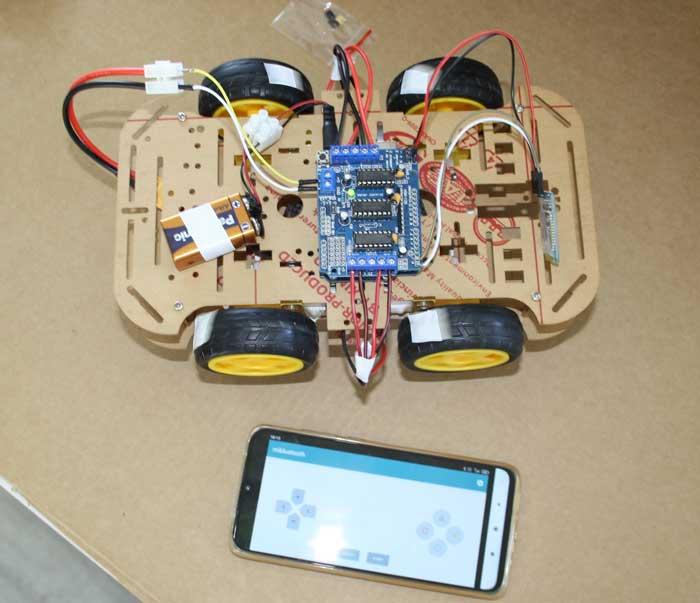 Conectamos la batería de Arduino y del controlador y vinculamos el teléfono con el robot
